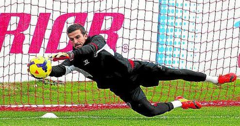 El portero Javi Varas, durante su �ltima campa�a en el Sevilla, en la 13/14.