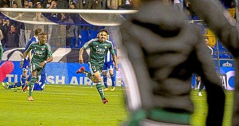Vargas celebra su gol en Riazor.