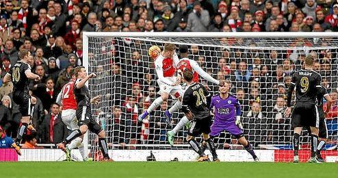 Welbeck cabecea en el tiempo añadido para hacer el gol del triunfo ´gunner´.