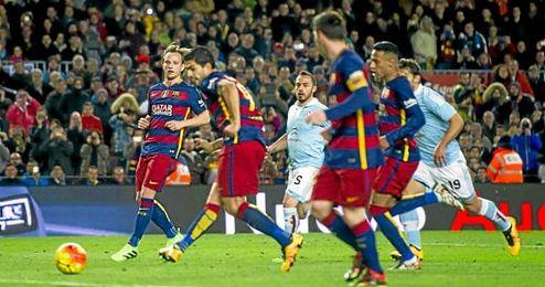 Messi cede a Luis Su�rez en el penalti.
