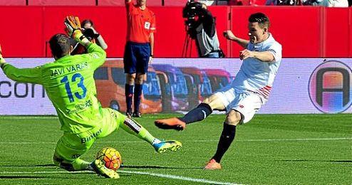 K�vin Gameiro, en la imagen tratando de superar a Javi Varas en el choque del domingo.