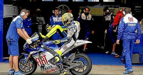 En la imagen, Valentino Rossi llegando al box de Yamaha.