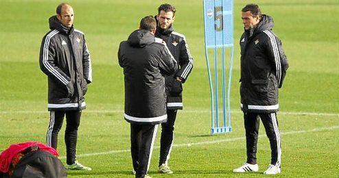 Alexis Trujillo, junto a Merino y Capi en un entrenamiento.