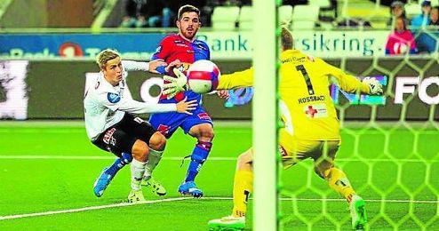 Pau Morer, en el centro de la imagen, durante un partido con el Sandefjor noruego.