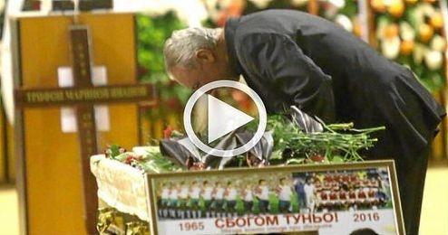 Imagen impactante de Stoichkov junto al ataúd de Ivanov.