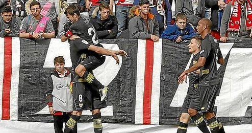 Coke se abraza a Iborra tras el 0-2.