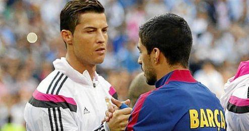 En la imagen, Cristiano y Suárez saludándose antes de un Clásico.