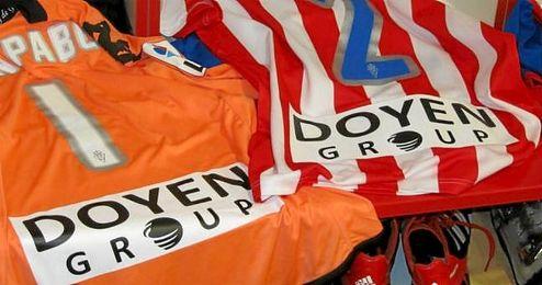 En la imagen, la impresión de la publicidad de Doyen en las elásticas del Sporting de Gijón.