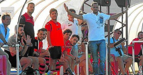Romero y Castaño (de pie en el banquillo, segundo por la izquierda) durante un partido con el Gerena.