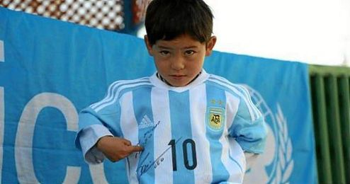 En la imagen, Murtaza Ahmadi posa feliz con su camiseta.