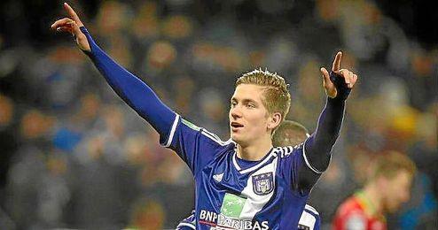 Dennis Praet celebra un gol con el Anderlecht.