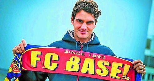 Roger Federer posa con la bufanda del Basilea, su equipo.
