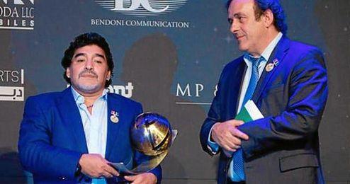 En la imagen, Michel Platini y Diego Armando Maradona.