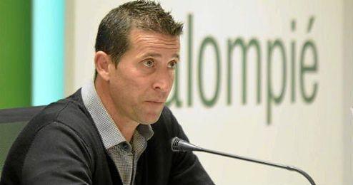 En la imagen, Juan Merino ofreciendo una rueda de prensa.