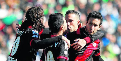 Los jugadores del Rayo celebran el empate conseguido en su última visita al Benito Villamarín.