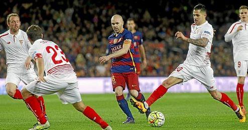 Vitolo, en ataque y en defensa.