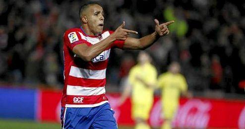 En la imagen, El Arabi celebrando un gol con el Granada.