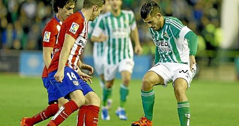 En la imagen, Ceballos y Gabi disputan un balón en el partido de la primera vuelta.