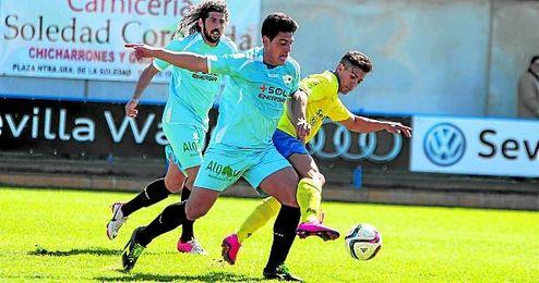 Martín, autor del 0-1, presiona al coriano Kike, con Dani Fornell en segundo plano.