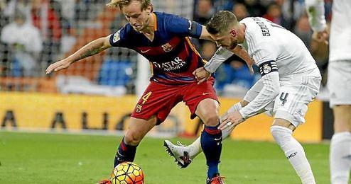 Ivan Rakitic y Sergio Ramos pugnan por un balón en el Clásico de la ida.