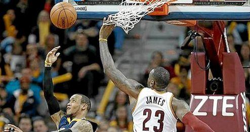 LeBron James lideró a su equipo en la victoria ante los Pacers.