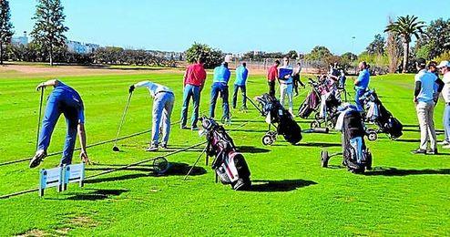 Imagen de los entrenamientos previos al inicio de la Copa del Rey que acogerá el Real Club de Golf de Sevilla.