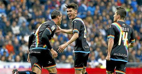 Jozabed celebra un gol con Amaya y Pablo Hernández.