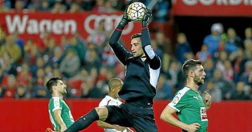 Sergio Rico atrapa un baló por alto ante el Eibar.