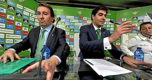 López Catalán, junto a Ángel Haro, presidente del Betis.