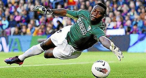El futbolista camerunés pasará esta noche en la clínica malagueña y mañana, martes, será dado de alta para iniciar el período de recuperación.