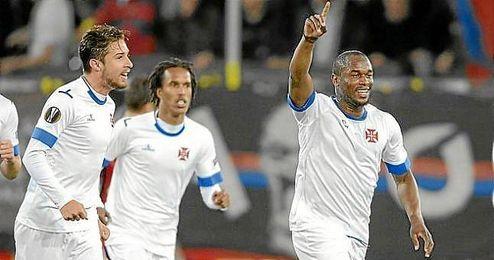 Ferreira celebra el gol de su compañero Leal en el Saint Jakob Park.