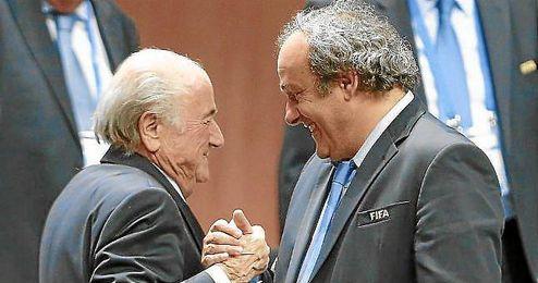 En la imagen, Michel Platini y Joseph Blatter, los dirigentes acusados por corrupción.