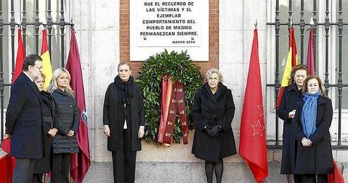 En la imagen, la placa conmemorativa del homenaje a las víctimas del atentado.