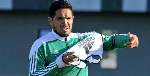 Vargas, entrenándose con el Betis.