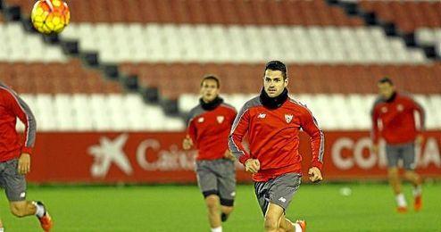 V�ctor Mach�n �Vitolo�, durante un entrenamiento con el Sevilla.