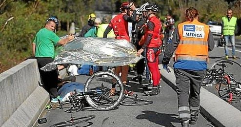 Imagen del lugar del accidente, con la actuación de los servicios médicos.