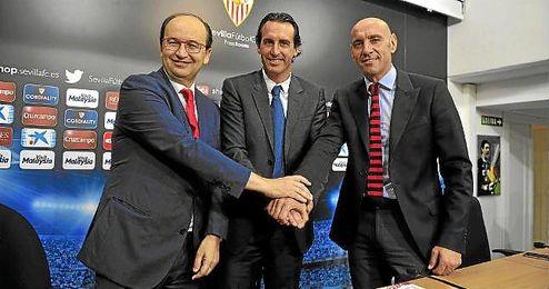Emery, junto a Castro y Monchi cuando firm� su renovaci�n.