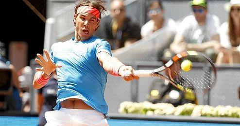 En la imagen, el tenista español Rafa Nadal restando una bola.