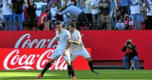 Konoplyanka y Banega celebran el tercer gol, obra del ucraniano.