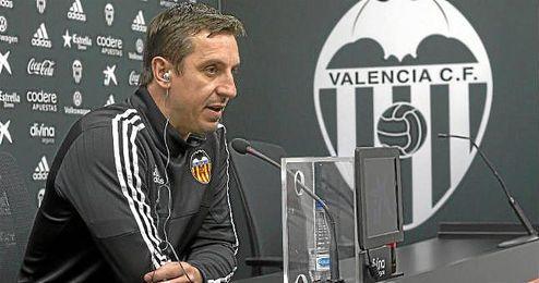 Gary Neville, t�cnico del Valencia, ofreciendo una rueda de prensa.