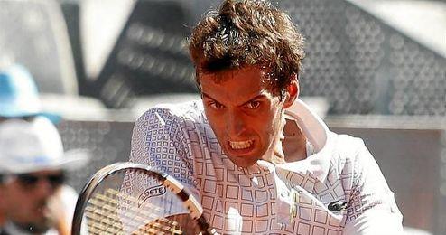 En la imagen, el tenista Albert Ramos restando una bola.