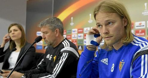 Bjarnason, junto a su técnico, Fischer, en sala de prensa.
