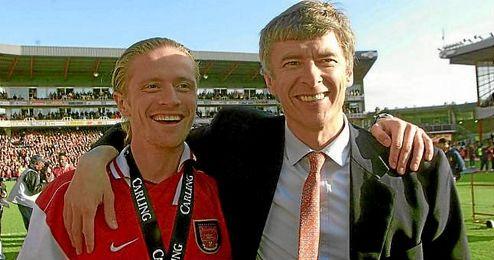 Petit, junto a Wenger, en su etapa en el Arsenal.