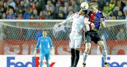 Crist�foro, en un salto durante el Sevilla-Basilea.