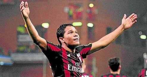 Carlos Bacca celebra uno de sus goles en el Milan.