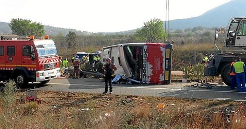 Imagen del estado en el que ha quedado el autobús accidentado.