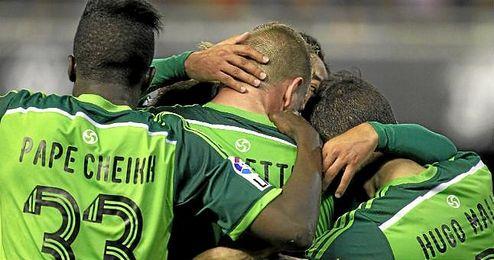Los jugadores del Celta se abrazan para celebrar el gol de Guidetti.