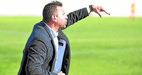 Chiqui Torres, entrenador del Alcal�, con gesto expresivo durante un encuentro de la presente Liga.