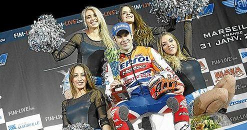 Bou, en el podio con su t�tulo de campe�n del mundo.