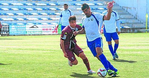 �lex Hornillo controla el esf�rico ante un jugador del C�rdoba B en el partido disputado ayer.